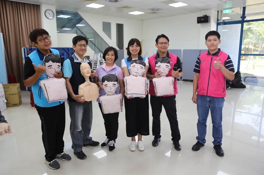新北市議員江怡臻、南園里長李培鈺、台灣AED推廣教育協會舉辦「心肺復甦和電擊術(CPR+AED)訓練課程」。(許哲瑗翻攝)