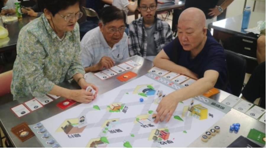 國泰金控協助銀髮者以玩桌遊方式,了解12種詐術。圖:業者提供