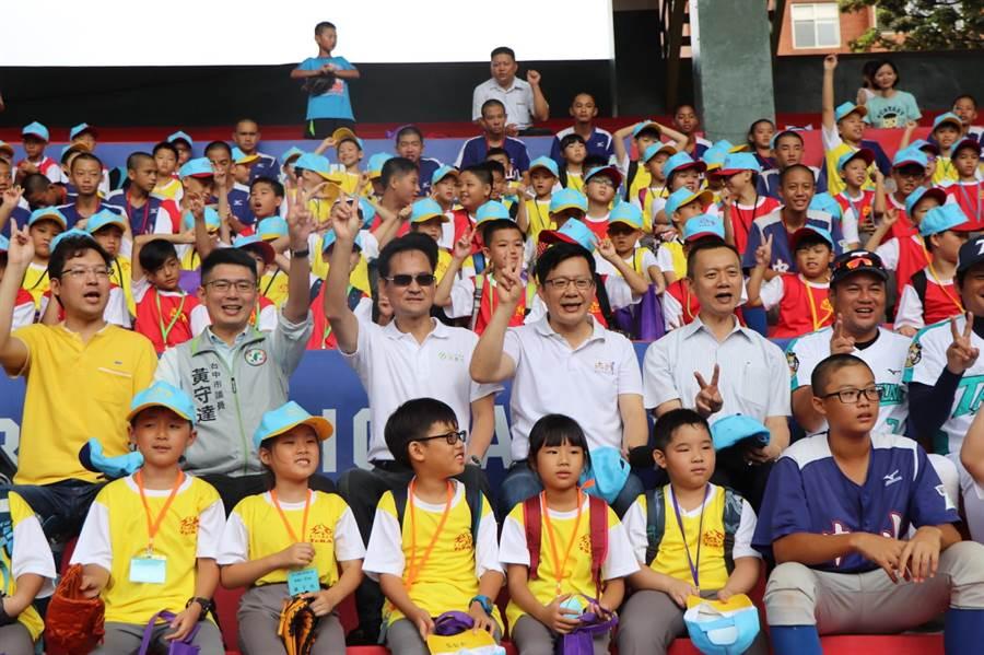 兒童陽光棒球夏令營在台中市萬壽棒球場開幕。(陳淑芬攝)