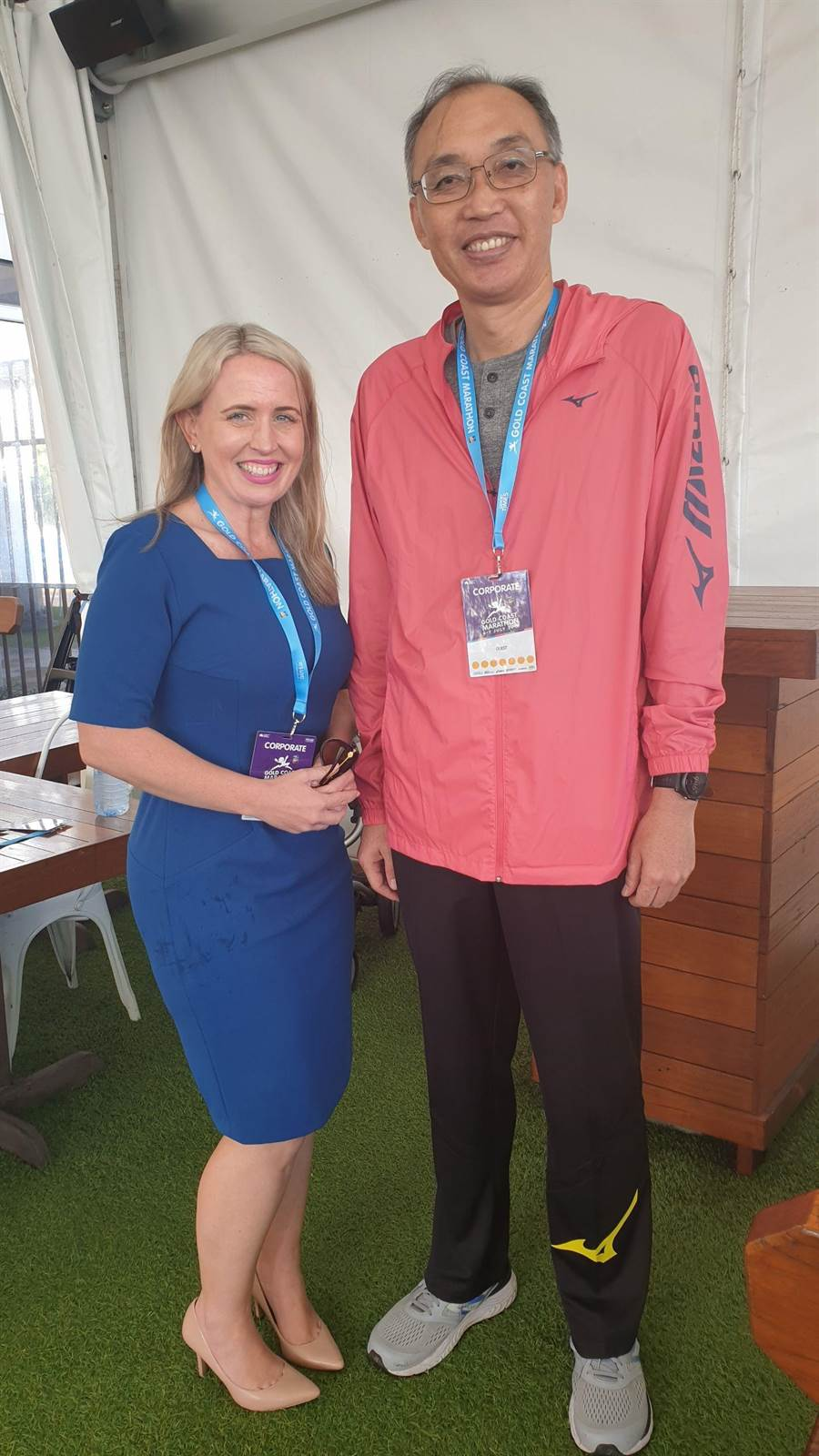謝政達與昆士蘭州政府創新暨旅遊部長Ms. Hon Kate Jones在馬拉松接待處會面。(譚宇哲翻攝)