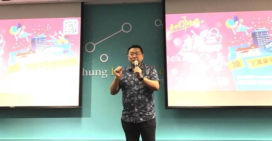 大台中不動產開發商業同業公會理事長王至亮表示,他已將台中購物節活動透過網路等平台,傳送8000多人,為台中購物節衝買氣。(盧金足  攝)