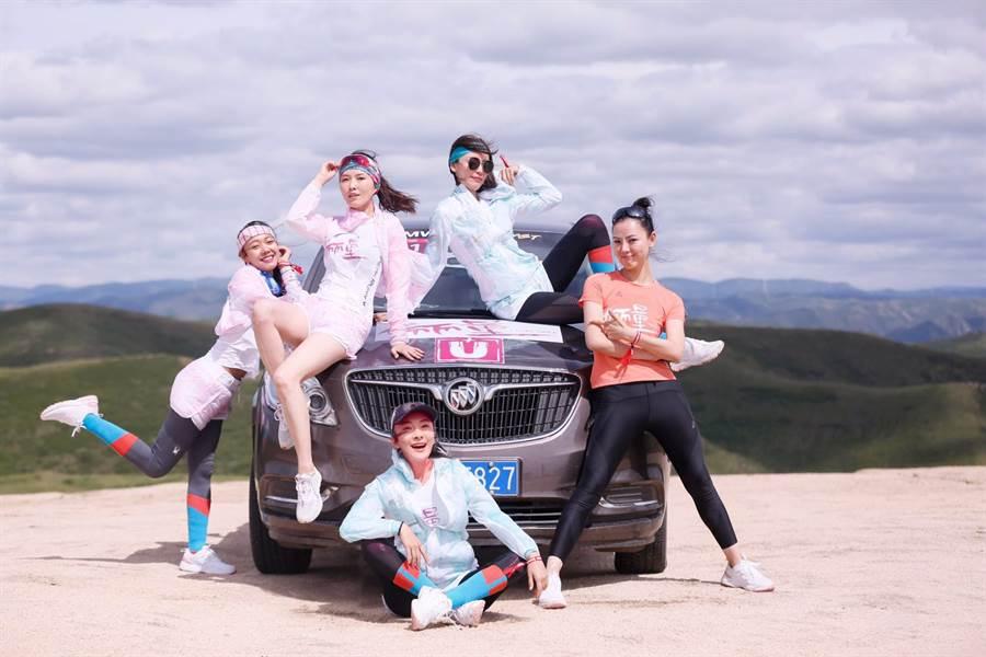 齊浠兒(左起)、 徐潔兒、 吉麗 、高曉菲 、李初念日前一起完成越野接力賽。