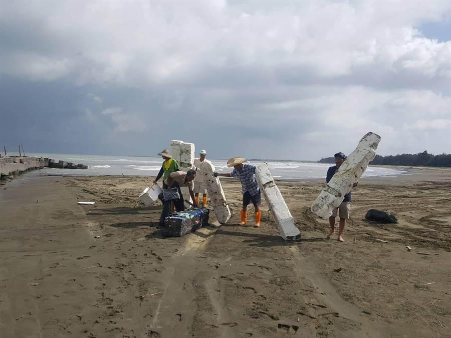 蚵棚使用的保麗龍浮具常因風災受損破裂。(嘉義縣政府農業處漁業科提供)