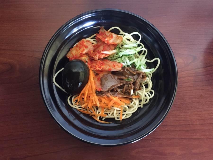 綜合涼麵搭配皮蛋、韓式泡菜,特殊滋味令人難以忘懷。(巫靜婷攝)