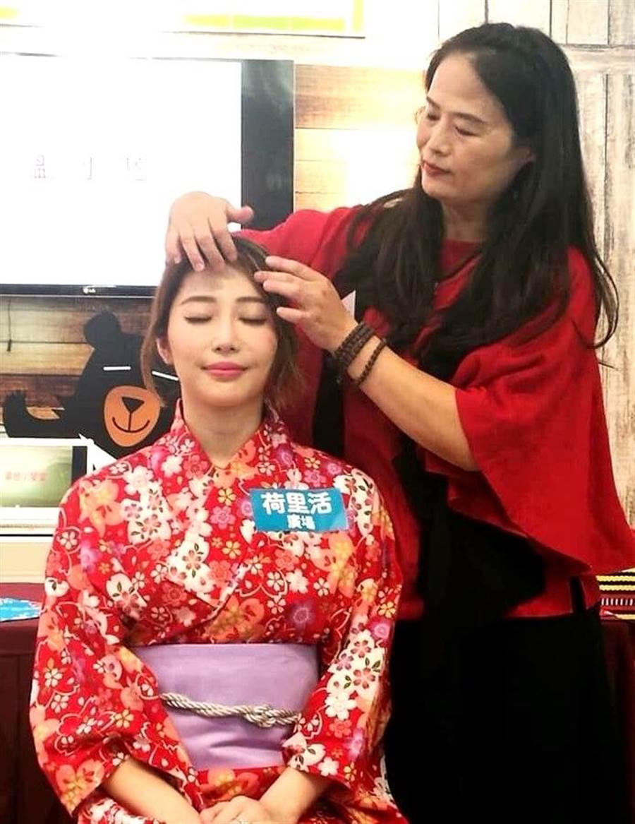 李采儒理事长在温泉嘉年华活动中推广美容及养生经络按摩。(杨树煌摄)