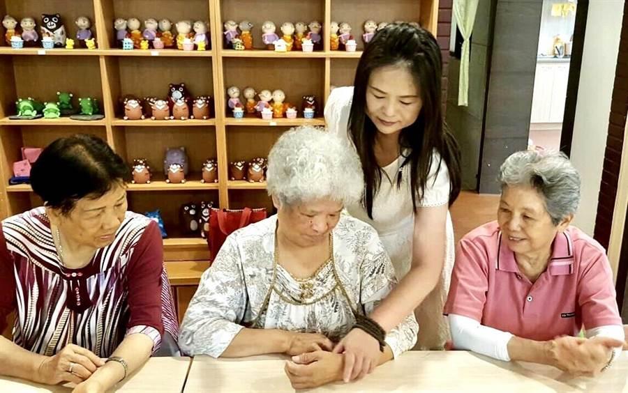 李采儒平日积极参与社会公益活动,教导长者如何养生保健,把爱散播出去。(杨树煌摄)