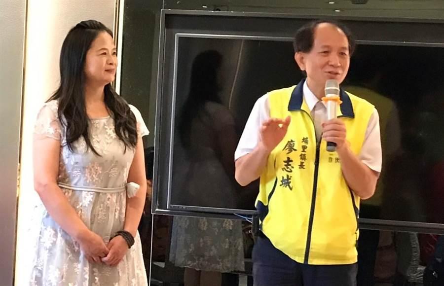 李采儒就任理事长,埔里镇长廖志城等地方各界政要都前往致贺。(杨树煌摄)