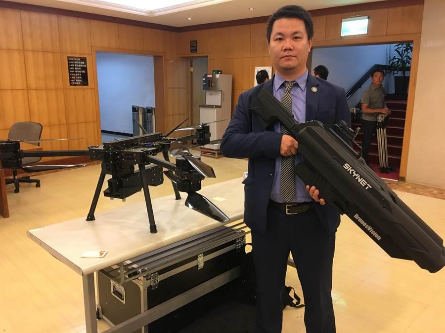 民航局擬在機場布署反無人機設備,廠商展示出干擾槍與反制用的無人機。(陳祐誠攝)
