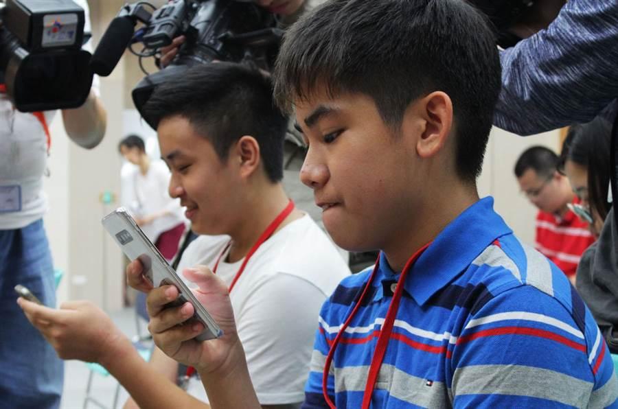 兒福聯盟今天公布「2019年兒少使用社群軟體狀況調查報告」,發現孩子平均10歲就有手機。(圖/兒盟提供)