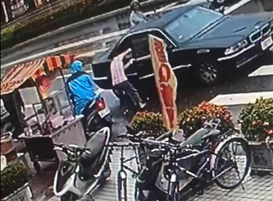 經營飯團攤位的婦人發現零錢箱被偷,立刻追到轎車旁,無奈只能看著車子揚長而去。(林和生翻攝)