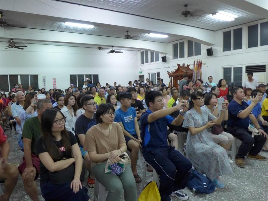 台北市長柯文哲9日到台中市龍井區演講,受到群眾熱情歡迎。(林欣儀攝)