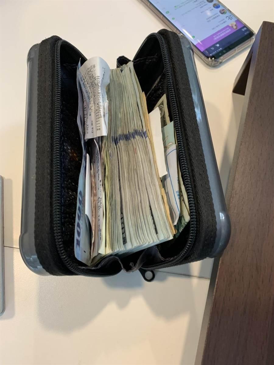 機場捷運歐姓保全員拾獲美籍旅客遺落手持包,其中有超過10萬元美金。(楊宗灝翻攝)