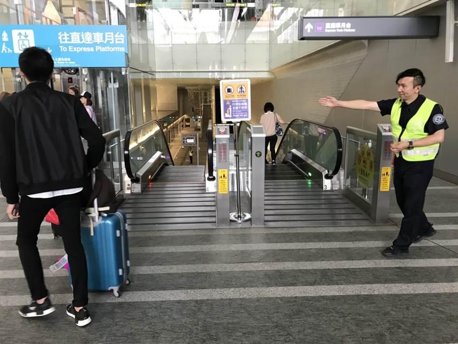 歐姓保全員熱心協尋,被美籍旅客盛讚是台灣最美風景。(楊宗灝翻攝)