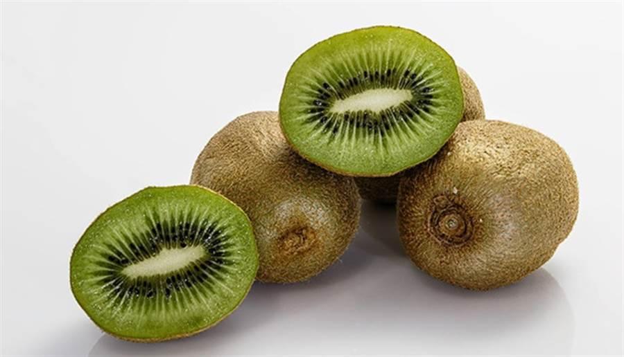 綠色奇異果比黃金奇異果多了1倍的膳食纖維,有助排便,改善便秘。(圖/pixabay)