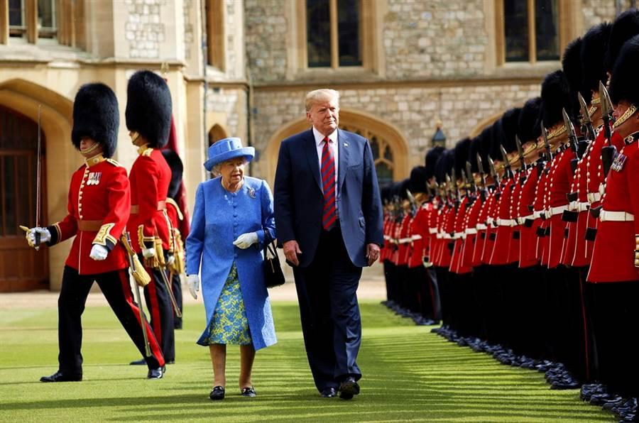 英國大使痛罵川普無能的密件遭到外洩,英美兩國關係陷入緊張,川普發布推文宣布不再和大使達洛克往來,英國忙著收拾這場外交災難,CNN分析,即便6月川普受到英國女王款待,此時他也管不了,他要向英國證明自己才是老大。圖為川普2018年初次拜訪英國的資料照。(圖/美聯社)