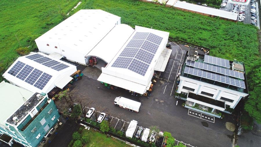 在國內知名的太陽能電廠EPC鑫盈能源協助下,泰山集團位於高雄路竹的倉儲物流中心建置屋頂型太陽能發電廠。圖/業者提供
