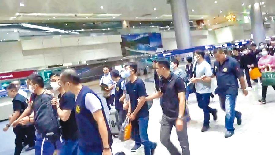 台韓合作偵破韓國詐欺話務集團,22名台籍嫌犯於韓國假釋出獄,日前被押解返台後獲交保。(盧金足翻攝)