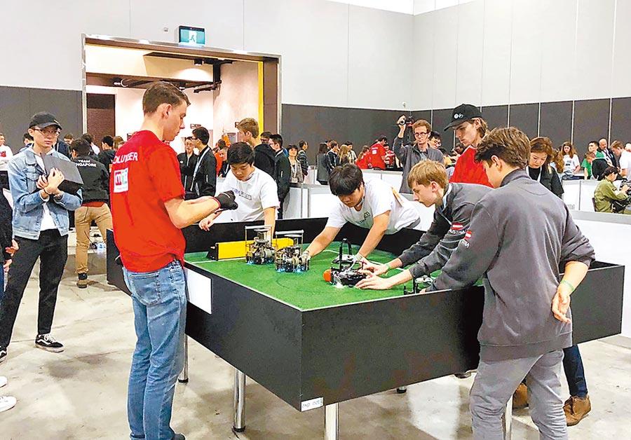 台灣青少年代表隊「Reset」遠赴澳洲參加「2019世界盃機器人大賽」,過關斬將打敗各國強隊奪下冠軍。(張立勳翻攝)
