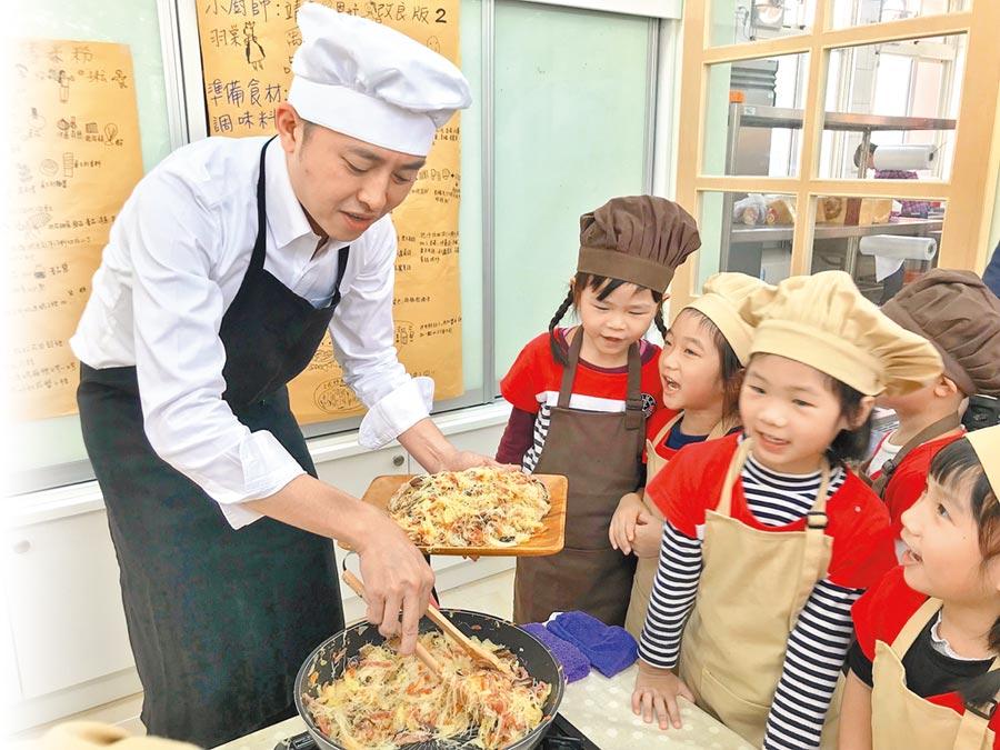 新竹市長林智堅8日宣布市府決定將「獨立廚房」列為未來公幼的標準配備,他昨天特別化身型男主廚與孩子開心下廚、享用(陳育賢攝)