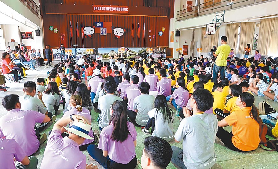 海外華裔青年英語服務營在中寮國小大禮堂舉行聯合始業式開幕典禮。(楊樹煌攝)