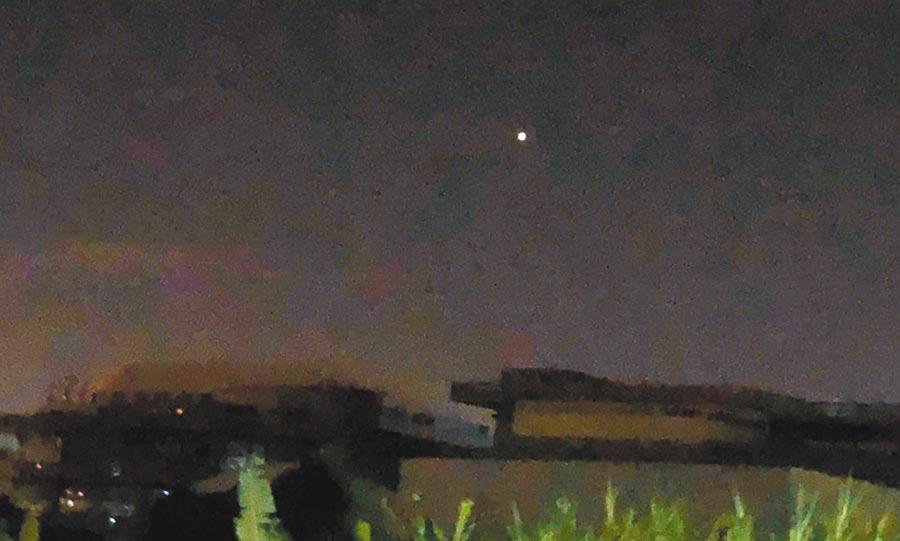 台中市政府參事陳志聲8日凌晨2時許,在沙鹿西南方,看到遠方有成串的紅、白光點在上下、左右飄浮,他用手機錄影及將光點拍攝下來。(陳志聲提供)
