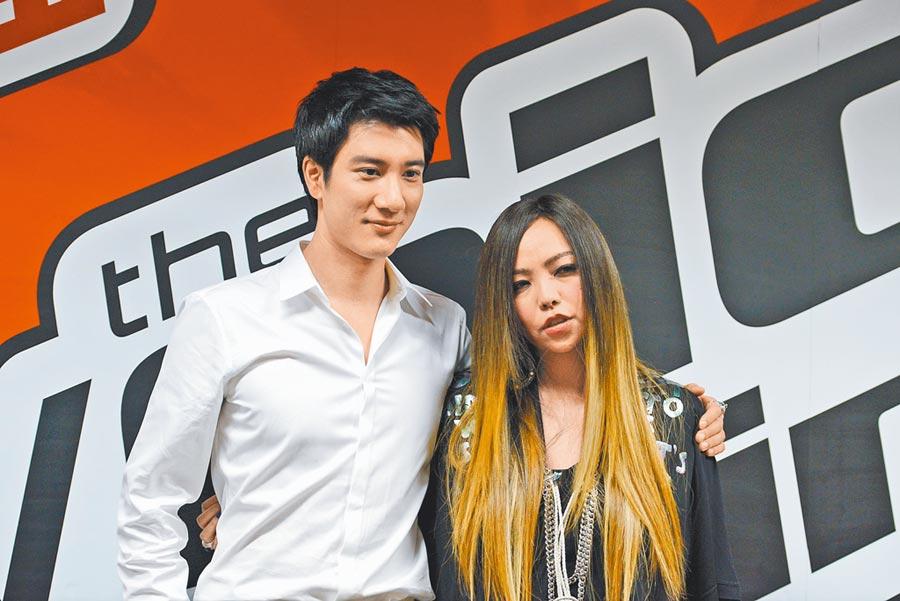 阿妹(右)曾邀王力宏擔任《中國好聲音》夢想導師。(資料照片)