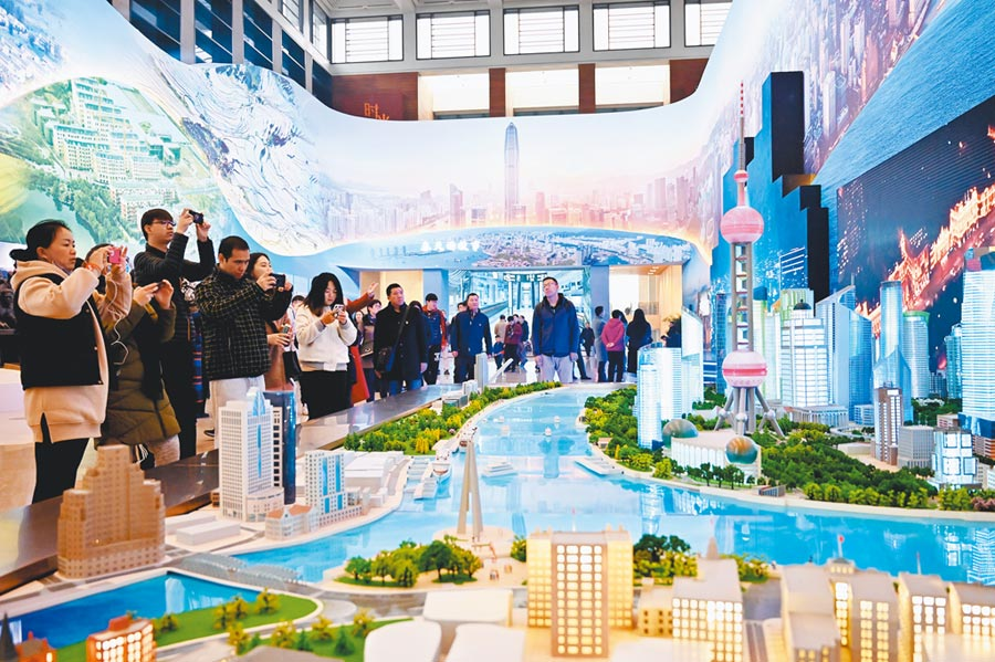 民眾在「慶祝改革開放40周年大型展覽」上觀看上海浦東陸家嘴實景沙盤。(新華社資料照片)