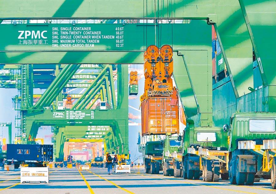 台灣6月出口優於市場預期。圖為高雄港碼頭貨櫃吊掛作業。(本報系資料照片)