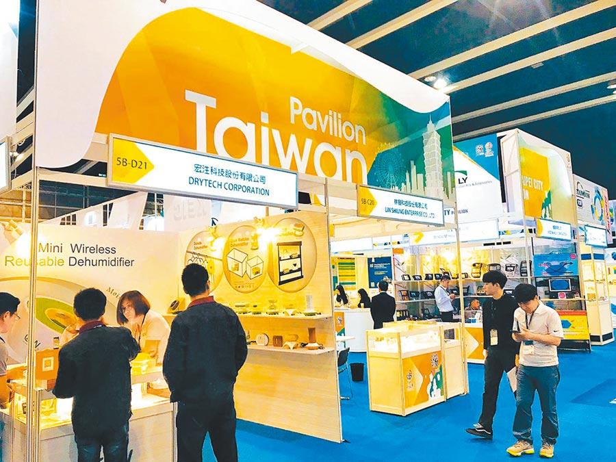 上半年台灣對陸港出口衰退8.8%。圖為香港春季電子展的台灣館。(本報系資料照片)