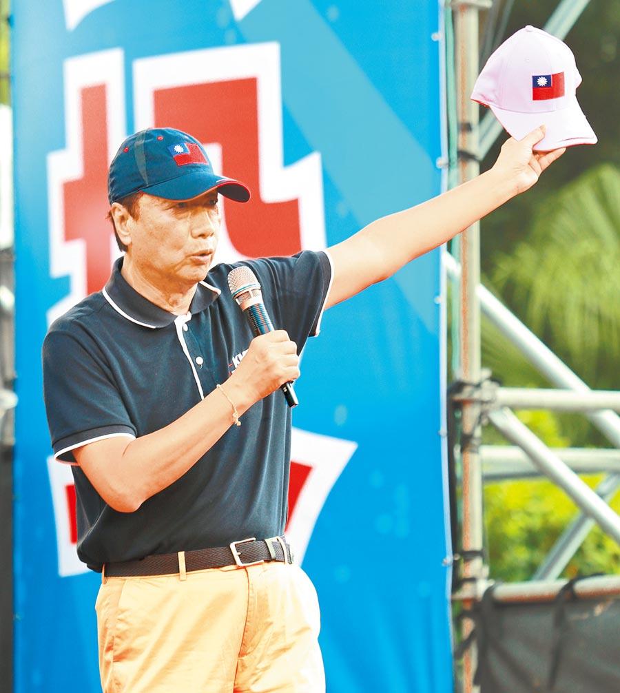 郭董要送蔡總統的粉紅色國旗帽。(本報系記者陳怡誠攝)
