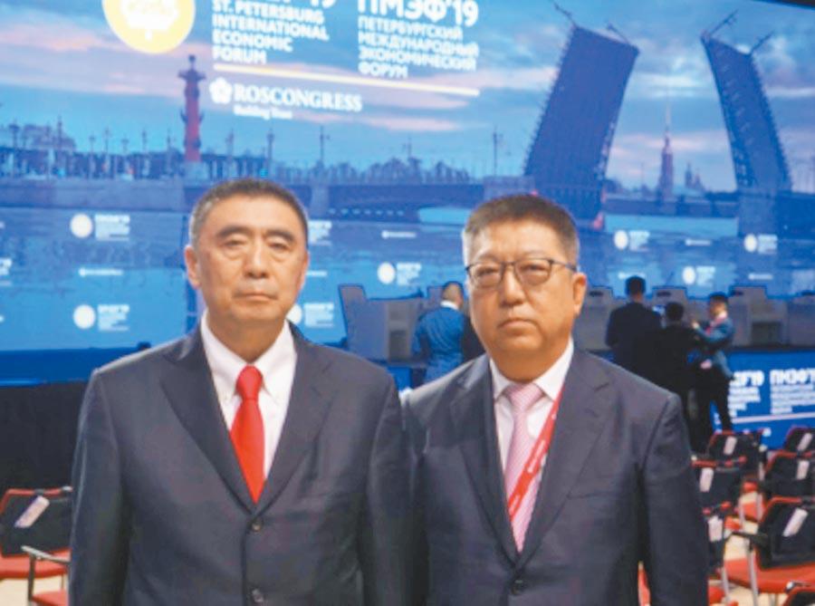 保利集團董事長徐念沙(左)與保利集團副總經理、中絲集團董事長張曦(右),6月出席聖彼得堡國際經濟論壇。(取自中國中絲集團官網)