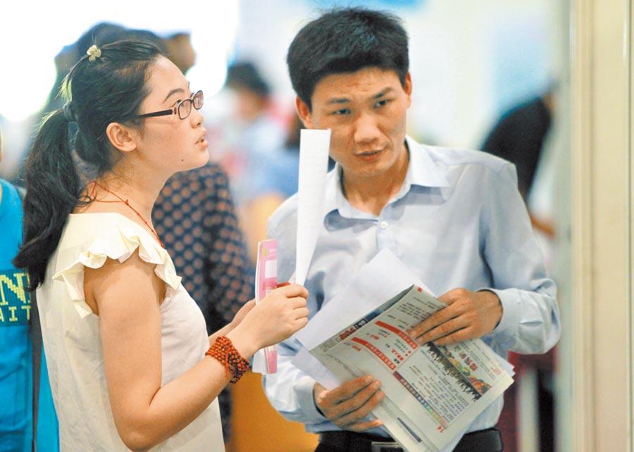 上海一名招聘者向畢業生介紹薪資待遇。(新華社資料照片)