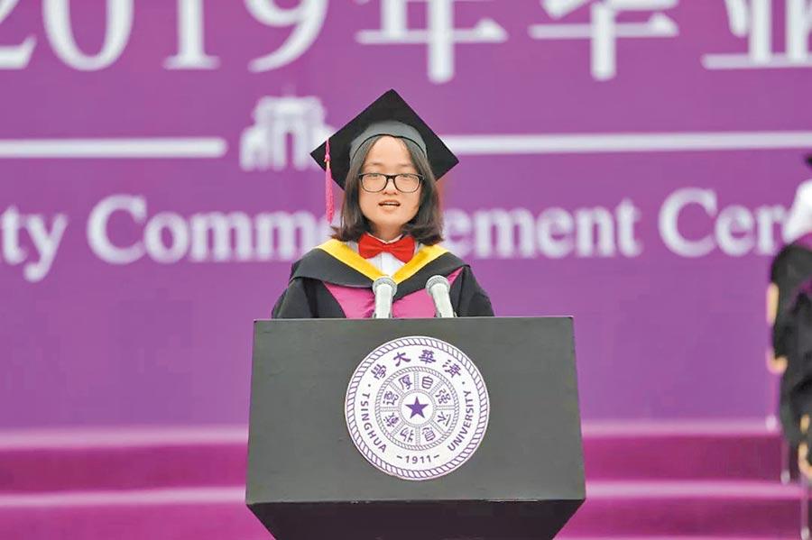 在北京清華大學代表畢業生致詞的張薇,分享延讀碩士班的溫暖故事。(取自微博@清華大學)