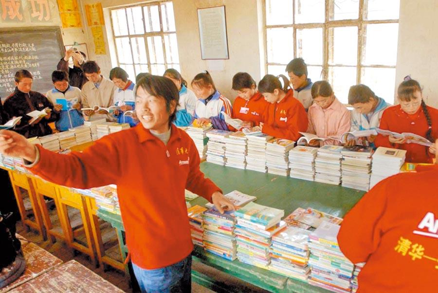 北京清華大學西部支教團在整理企業捐贈的圖書。(新華社資料照片)