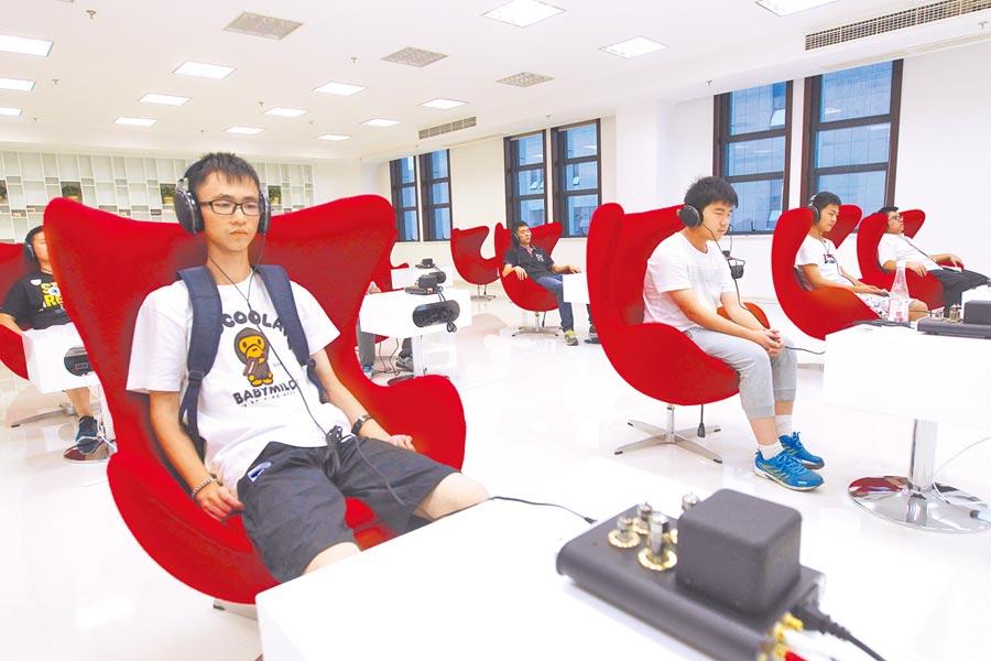 市民在浙江省溫州市甌海區音樂圖書館內欣賞音樂。(新華社資料照片)