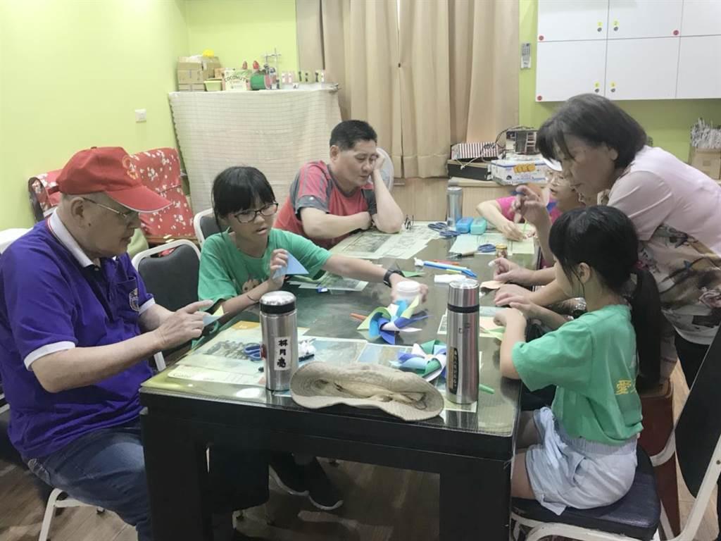 沐風關懷協會照顧的10多名學童探望日照中心的爺爺奶奶,一起做手工藝同樂。(陳淑芬翻攝)