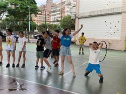 海外華裔國際志工多才藝 新北學生開心學英語