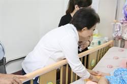 盧秀燕探視疑受虐女童 允助度難關