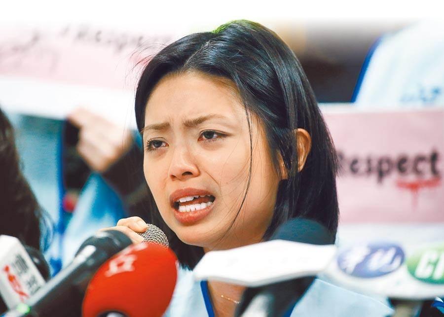 郭芷嫣認了機長餐加料是她說的,圖為郭芷嫣今年初眼眶泛淚訴說執勤受辱過程。(本報資料照片)
