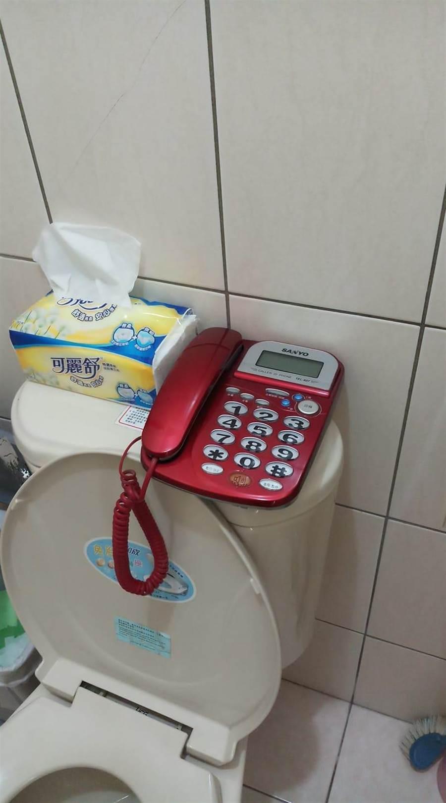 韓粉將電話改插自家廁所。(圖/取自臉書社團「韓家軍」)