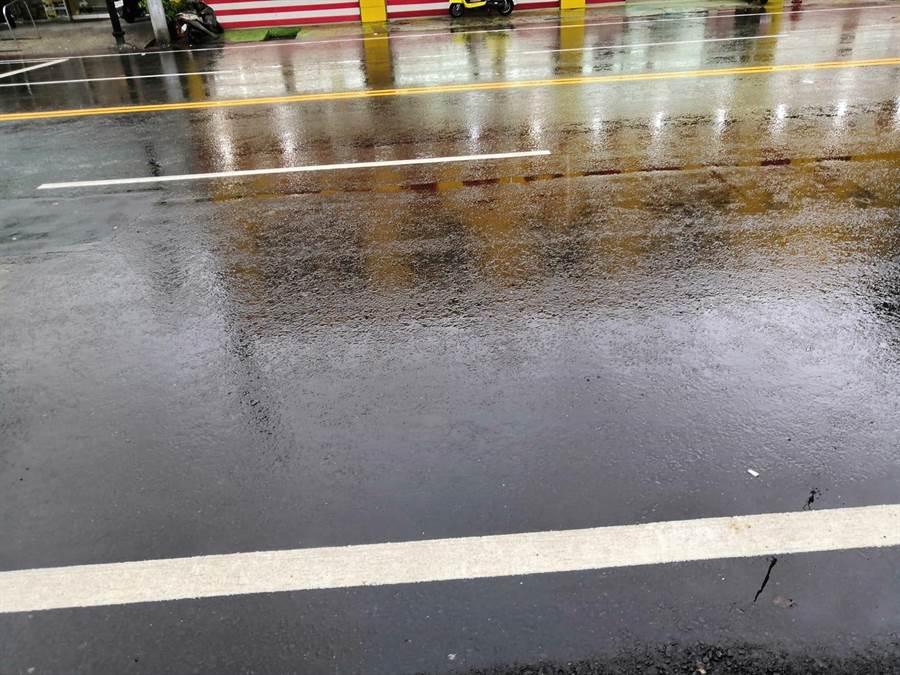 高雄鳳山五甲地區昨日下大雨,有韓粉秀出雨停後的道路。(李四川後援會)