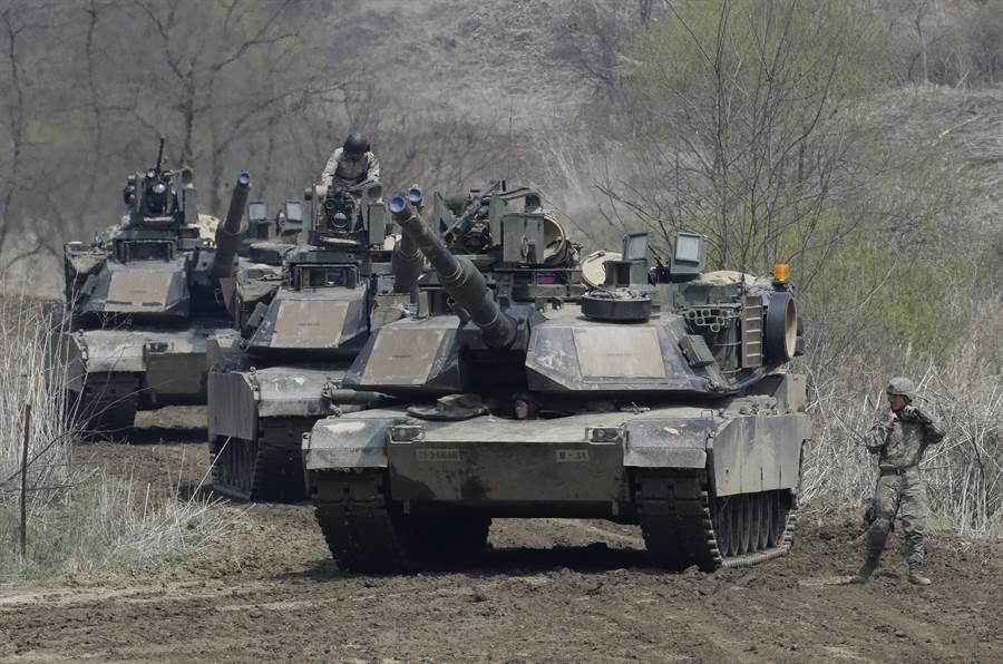 美國國務院8日批准售台戰車及防空飛彈與相關設備與支援,對此,國務院發言人歐塔加斯表示,對台軍售是基於台灣關係法,這項法律要求美方協助台灣維持自我防衛能力。圖為M1A2戰車。(美聯社)