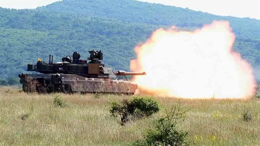 美國M1A2艾布蘭(Abrams)主戰坦克發射砲火的資料照。(美國陸軍)