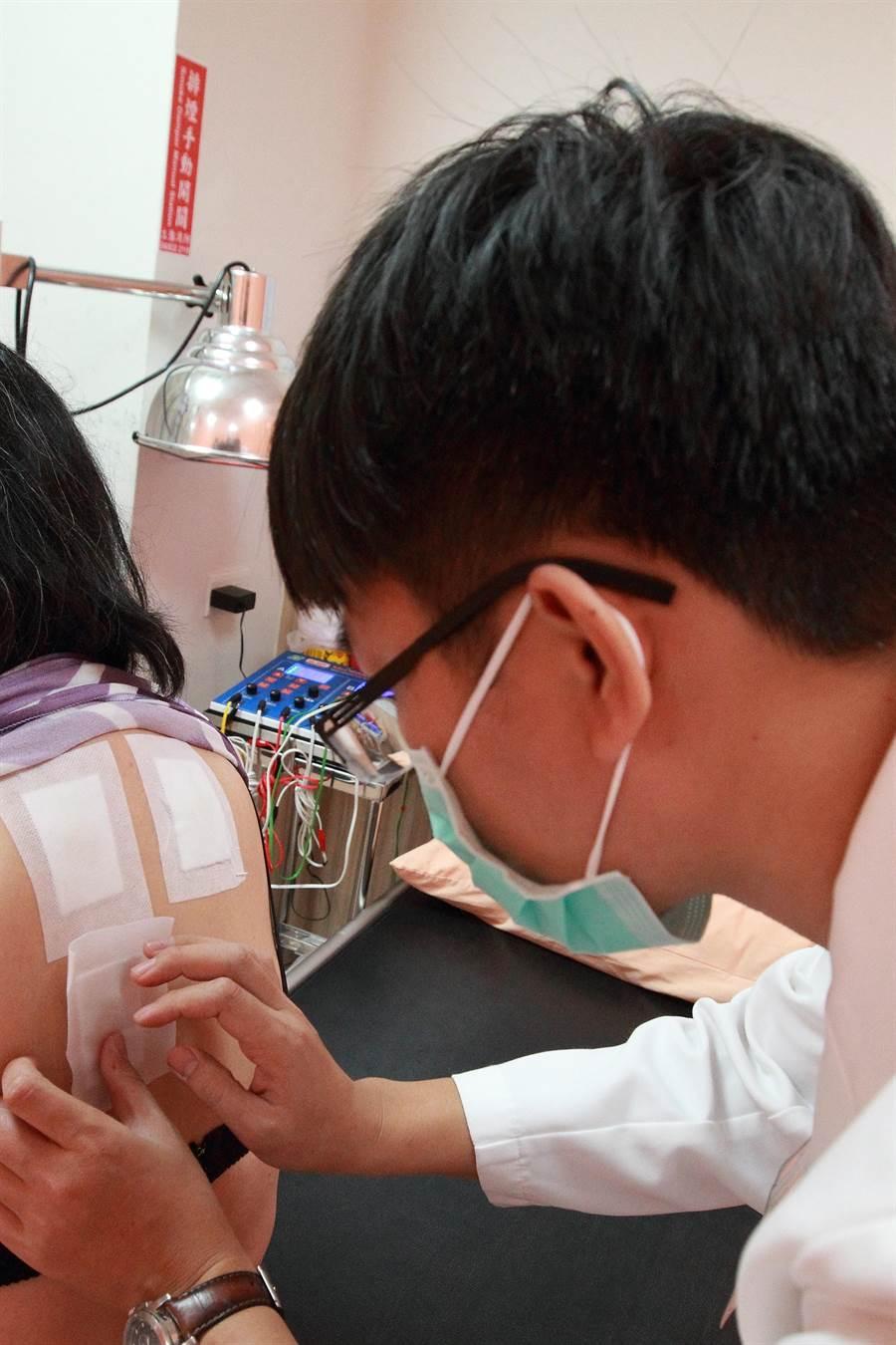 三伏灸治療是中醫依據廿四節氣的排定,可藉由穴位敷貼療法改善體質與症狀,提高免疫力,降低感冒頻率。(吳敏菁攝)