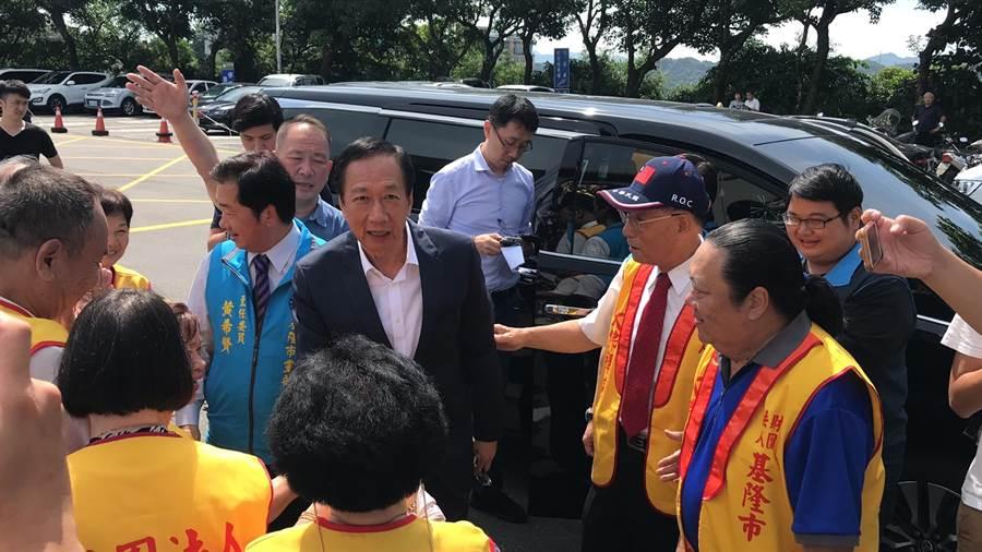 國民黨總統初選參選人郭台銘到基隆大佛禪寺和民眾相見歡。(張穎齊攝)