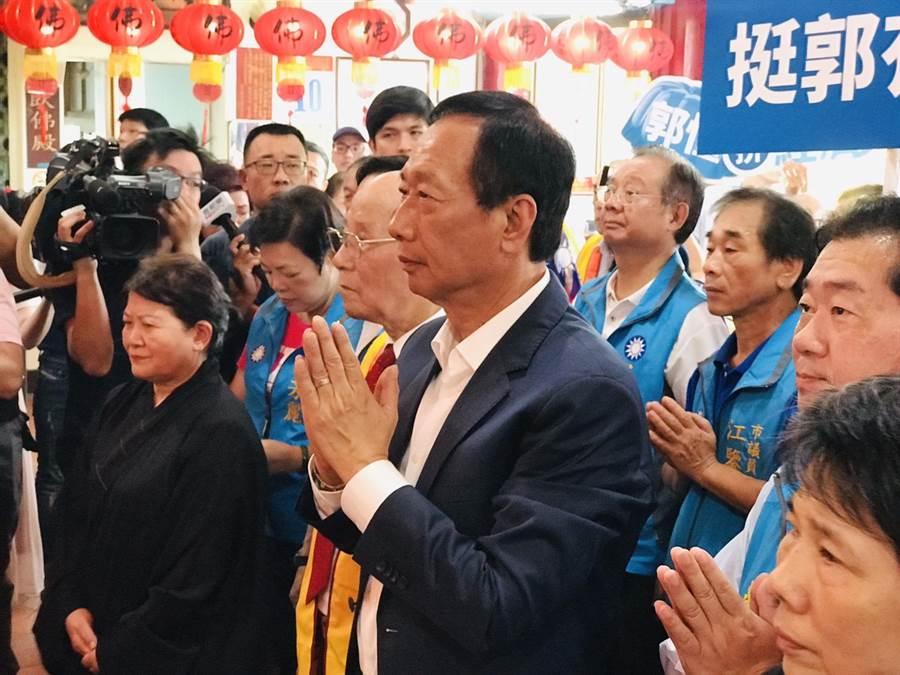 國民黨總統初選參選人郭台銘到基隆大佛禪寺參拜。(張穎齊攝)