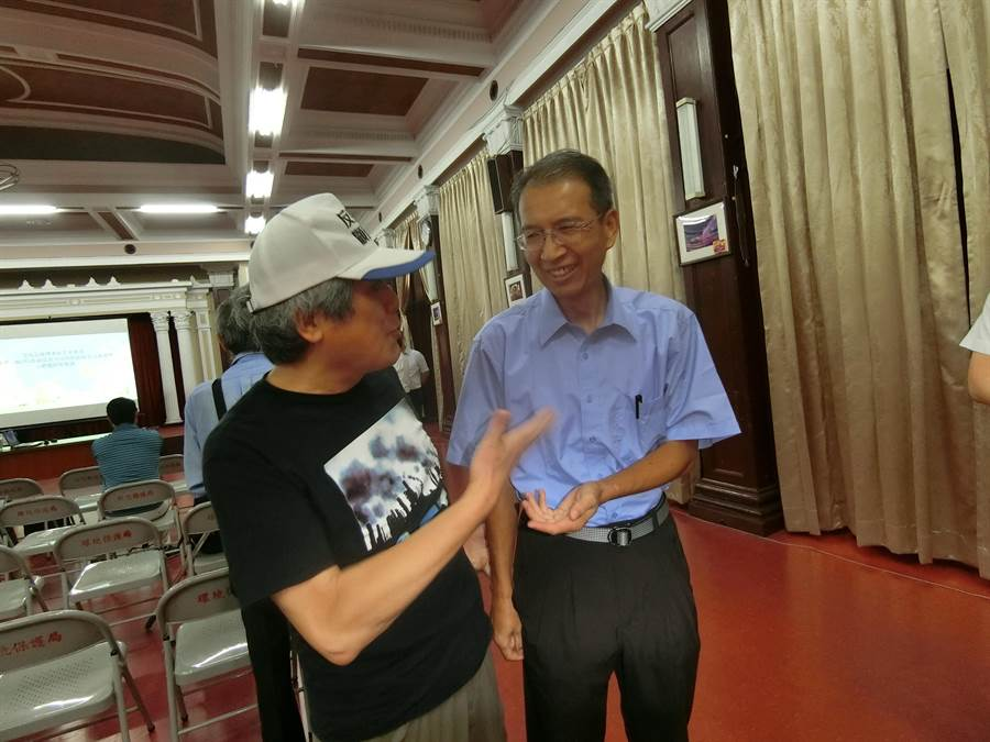 保署空氣品質保護及噪音管制處副處長謝炳輝(右)向台灣健康空氣行動聯盟理事長葉光芃表示,環團的意見全都會納入評估參考。(盧金足攝)