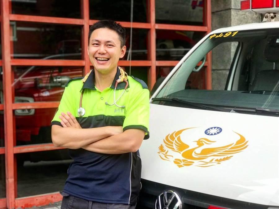 新竹市消防局高級救護技術員(EMT)陳恊志,獲全台十大傑出救護技術員。(消防局提供)