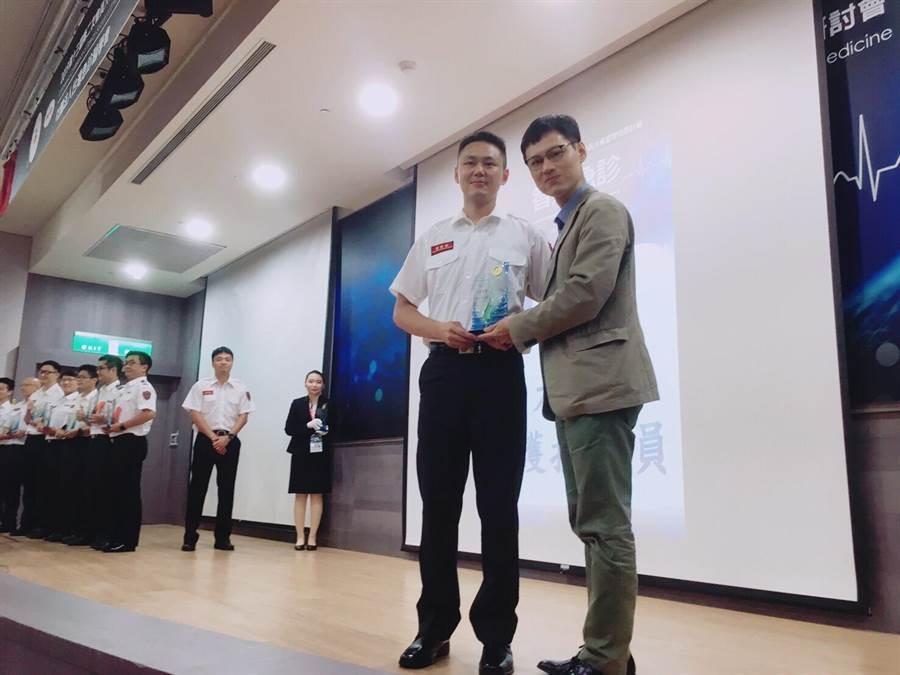 陳恊志(左)獲頒全台十大傑出救護技術員。(消防局提供)