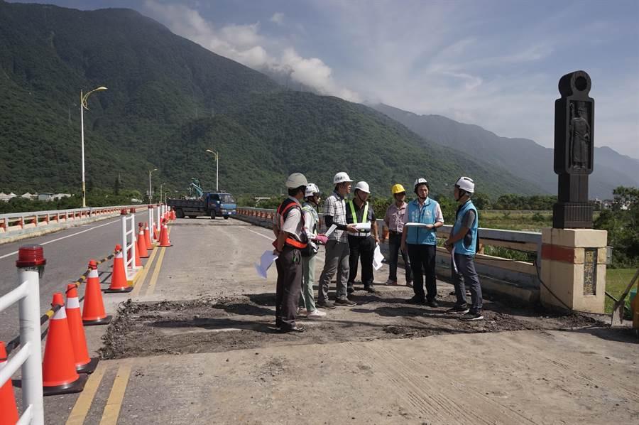 花蓮市長魏嘉賢(右二)今視察國福大橋修復工程。(張祈攝)